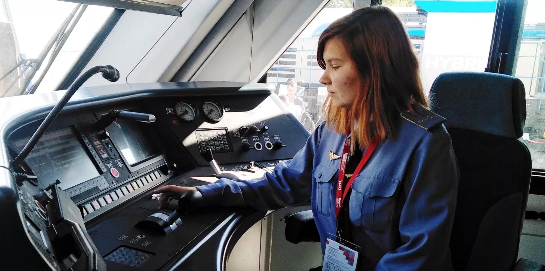 Первая в России девушка — машинист локомотива получила диплом и вскоре приступит к работе