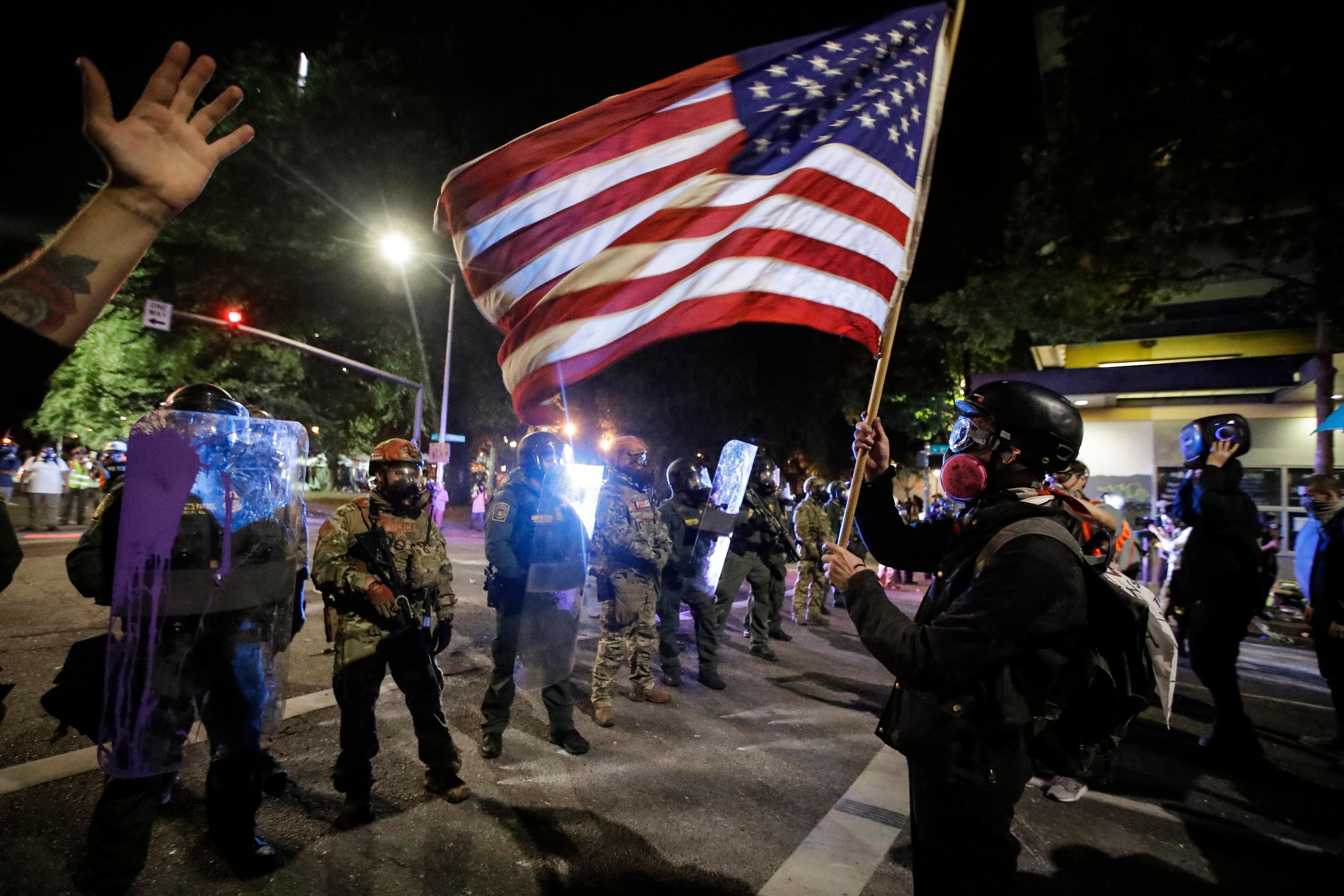 Около 140 силовиков пострадали во время протестов в Портленде