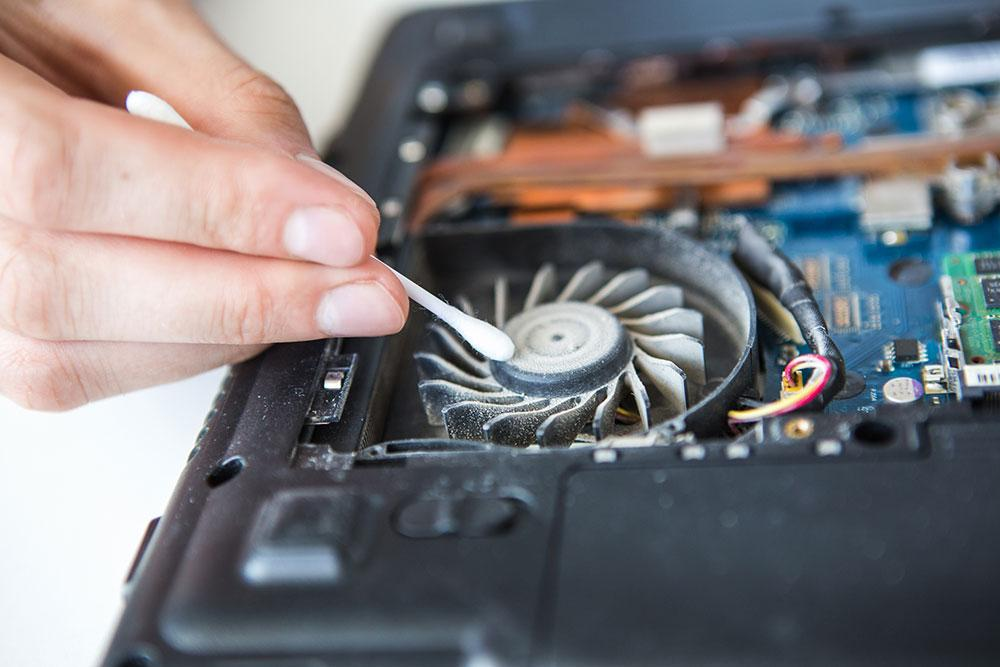 Вот так пыль оседает на вентиляторе. С ней система охлаждения постепенно начинает работать хуже. Фото © Shutterstock