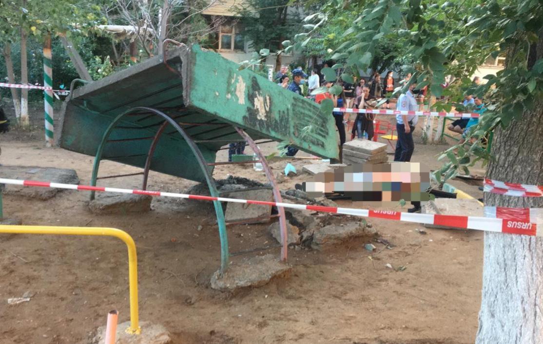 Ребёнка насмерть придавило бетонной плитой на детской площадке в Астрахани