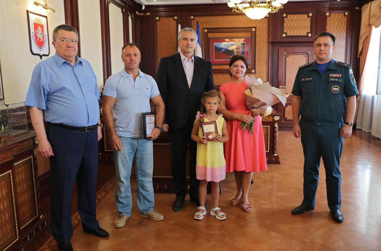 В Крыму наградили смелую Дашу, которая спасла тонущего малыша из бассейна