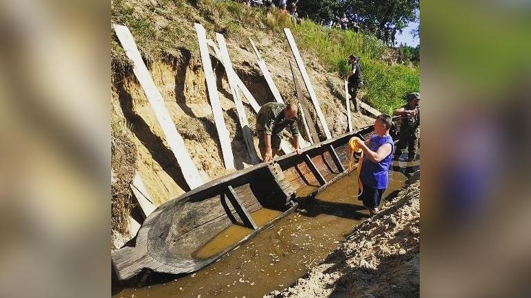 На Украине археологи вытащили из реки редкую древлянскую лодку