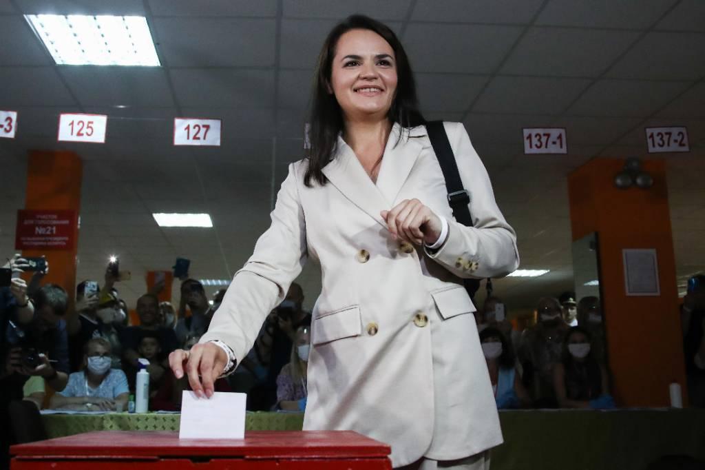 Вышла под аплодисменты. Тихановская проголосовала на выборах в Белоруссии