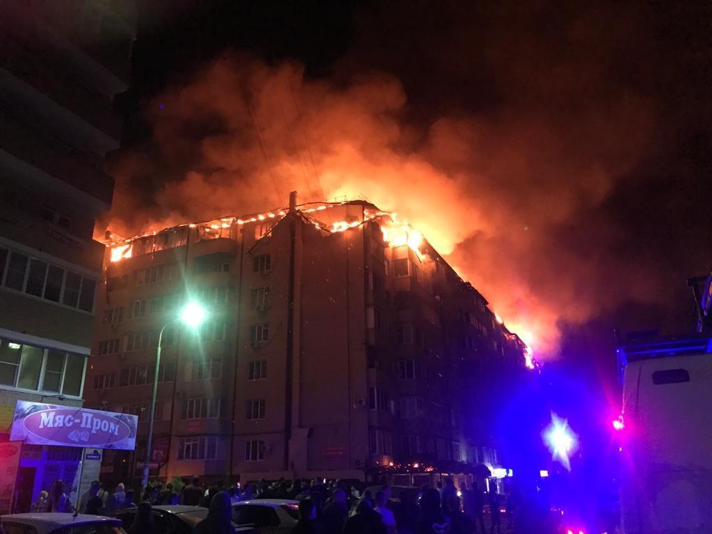 Более 40 жильцов дома в Краснодаре, где произошёл крупный пожар, разместили в одной из школ города