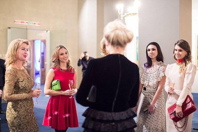 Екатерина Федун (крайняя справа) с мамой (крайняя слева) на приёме у принцессы Кентской. Фото © tatler.ru