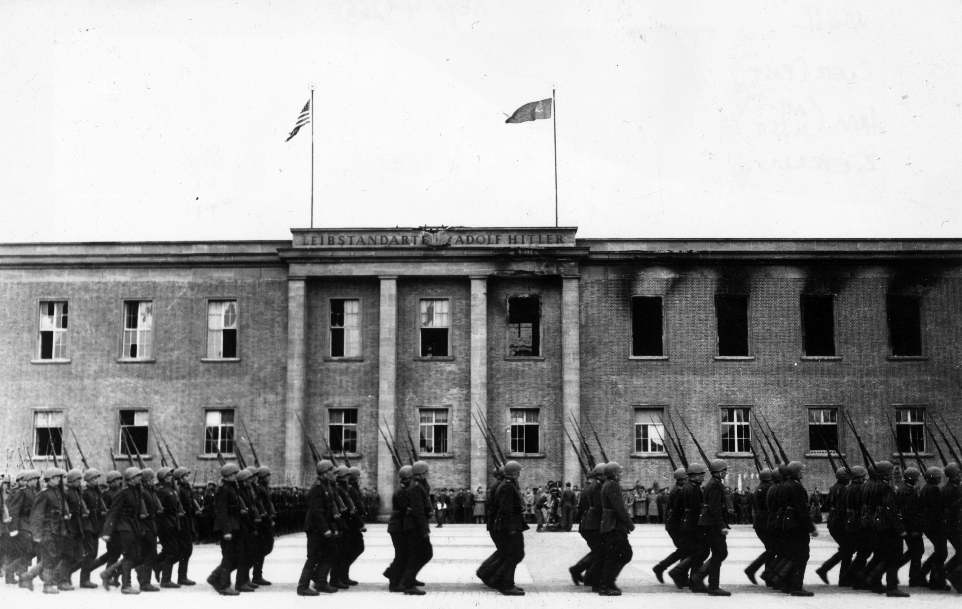 Русские солдаты напротив казарм гитлеровской гвардии в Берлине.  Фото © Fred Ramage / Keystone / Getty Images
