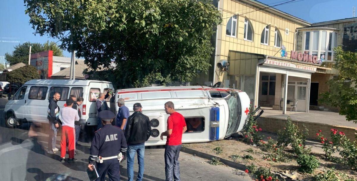 В Ростове-на-Дону скорая с пациентом перевернулась после столкновения с легковушкой