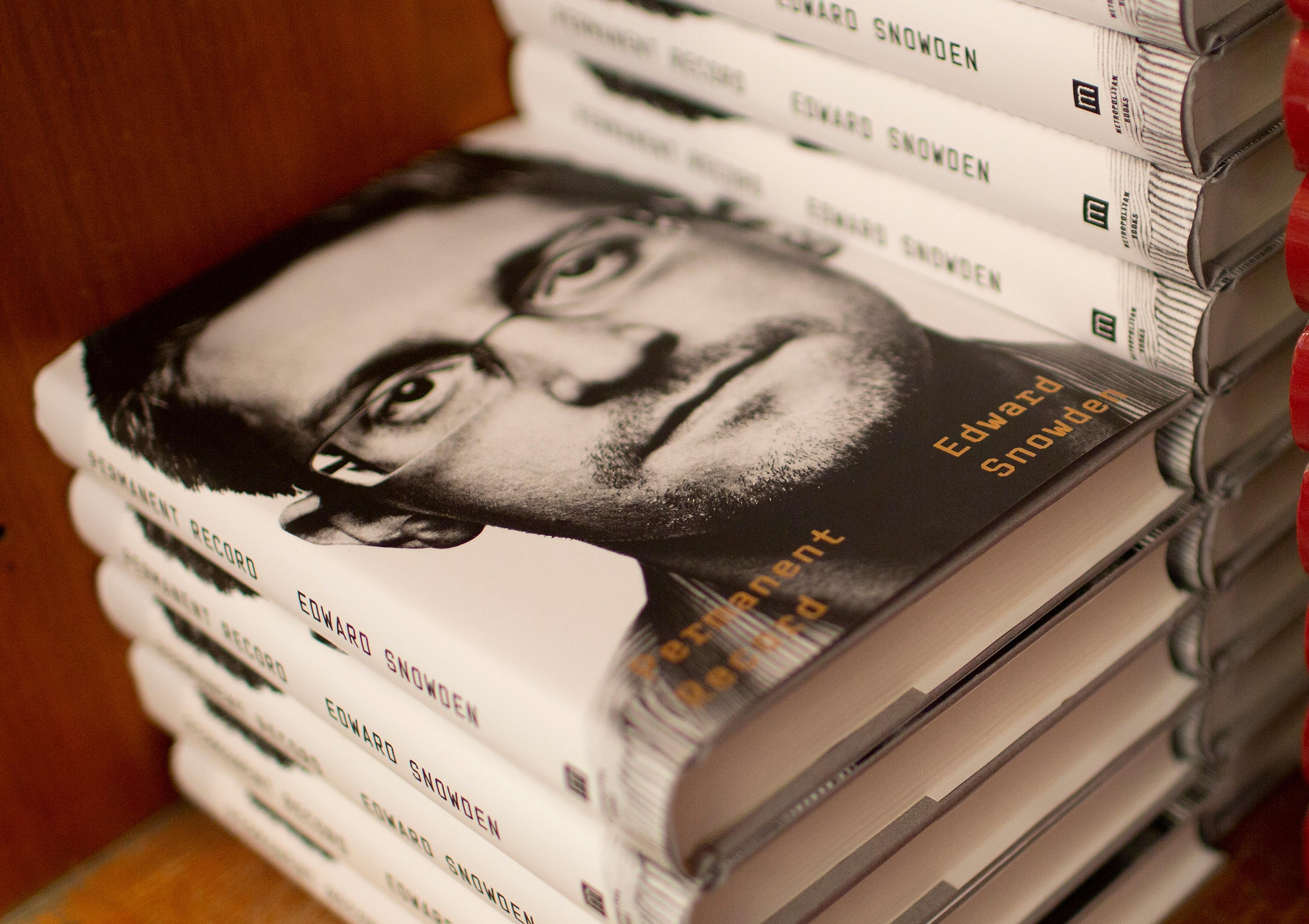 СМИ: Сноуден согласился выплатить США пять миллионов долларов с продаж своих мемуаров