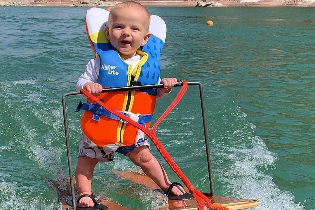 Малыш побил мировой рекорд, встав на водные лыжи в шесть месяцев, и видео с ним кажется нереальным