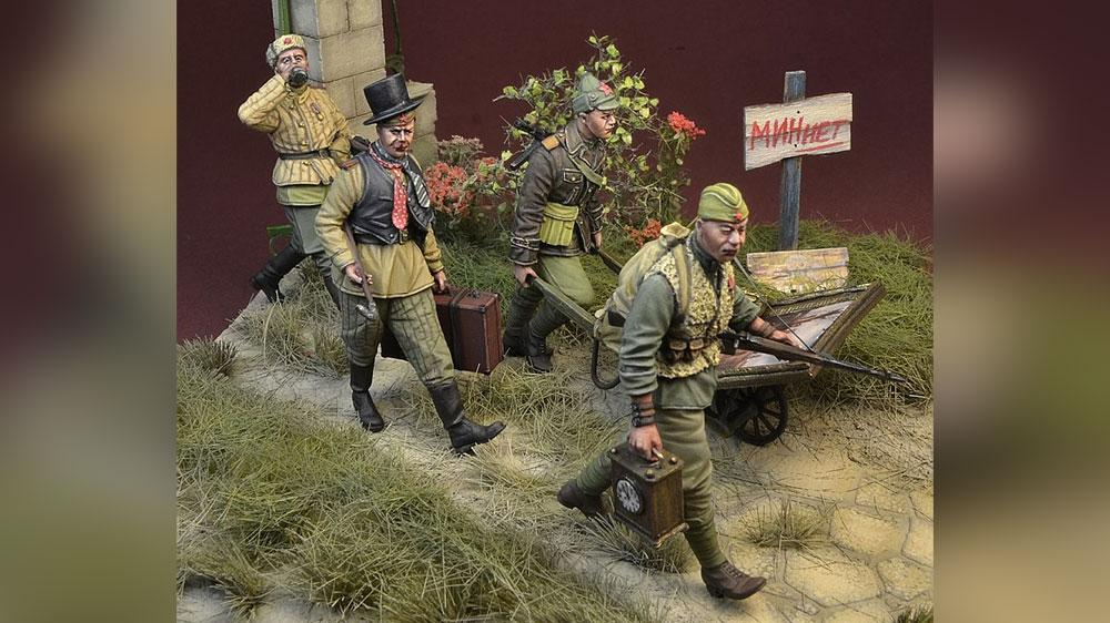 С картинами и бутылкой. Польская фирма выпустила фигурки советских солдат в виде мародёров