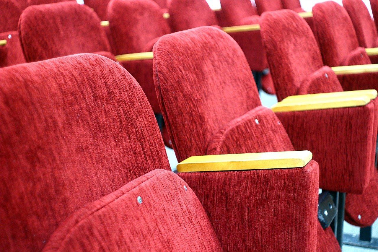 Российским кинотеатрам запретят закрывать двери на ключ во время сеансов