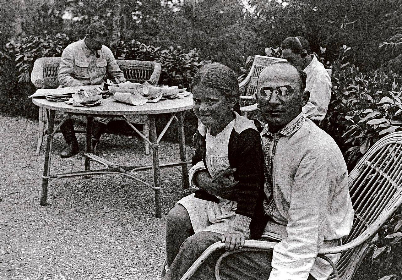 Л.П.Берия и дочь И.В.Сталина (Сталин— на заднем плане). Фото ©Wikipedia