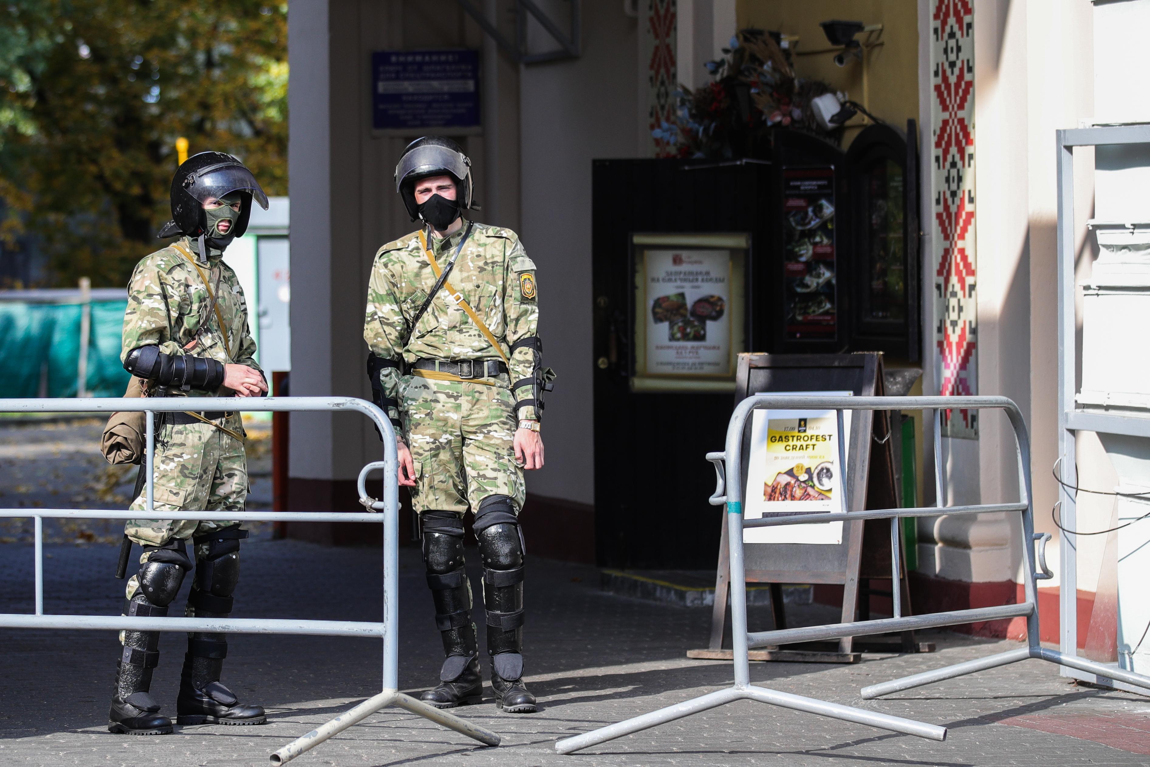 Закрытие метро, ОМОН и военные. В Минске вводят ограничения перед массовым митингом