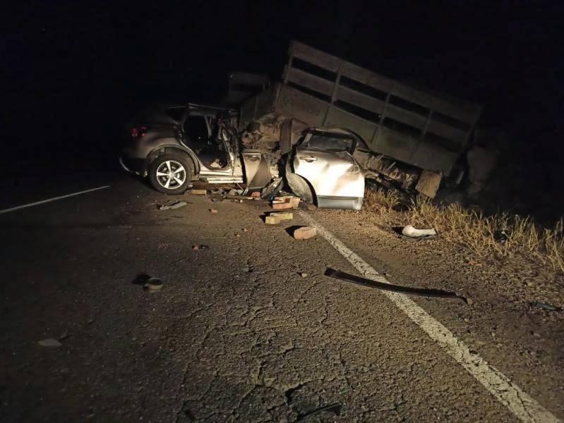 В Приморье водитель легковушки врезался в грузовик и погиб