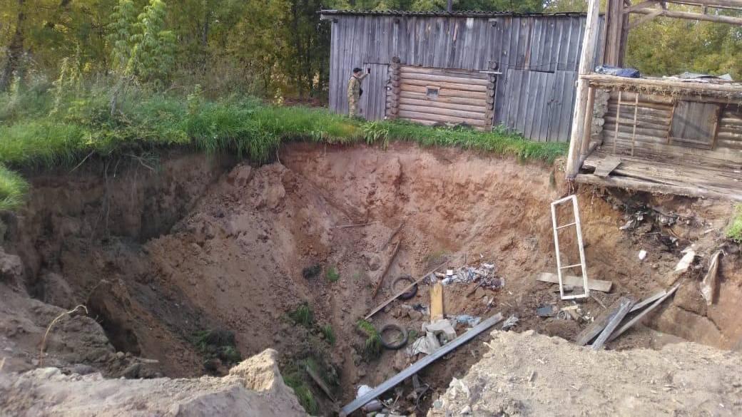 В Кировской области под землю полностью провалился дом