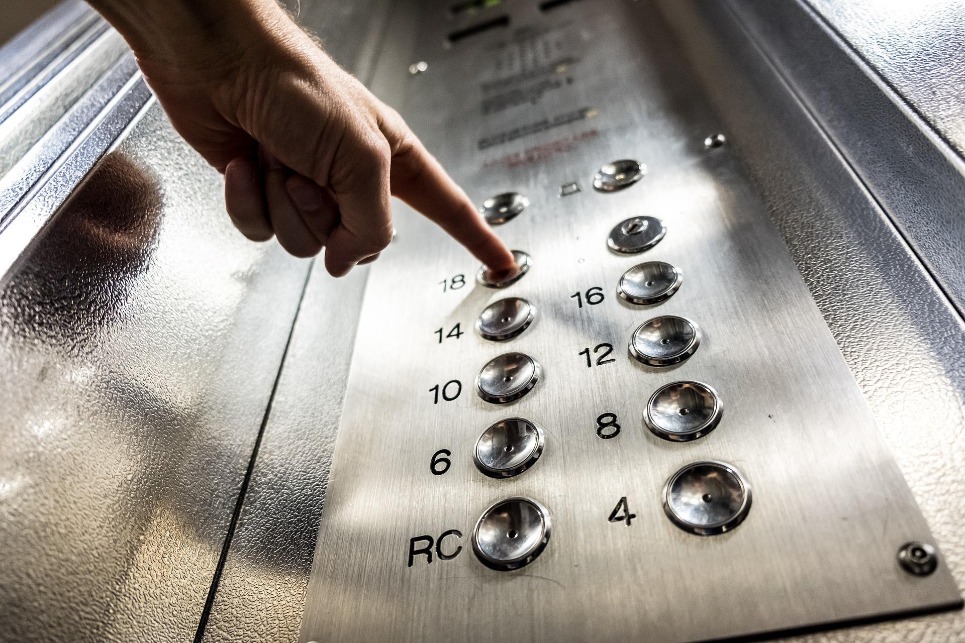 В Ленобласти педофил надругался над школьницей в лифте