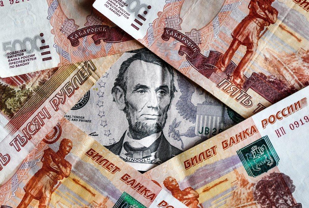 Аналитики назвали две причины подорожания доллара на 3 рубля за неделю