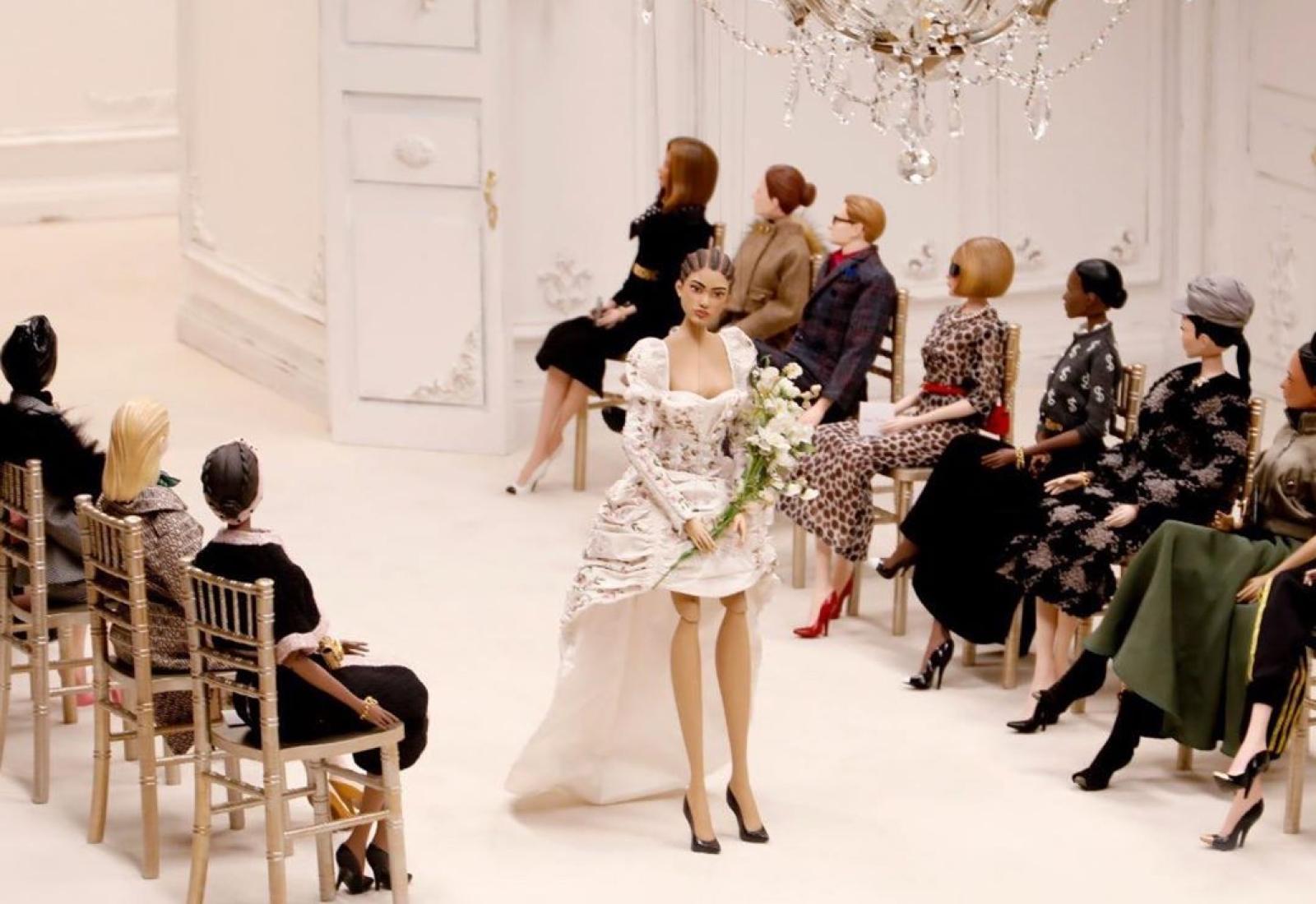Moschino превратил показ в кукольное представление, и модели оказались ничем не хуже живых девушек