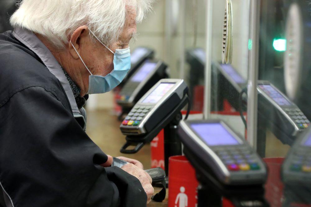 """Центробанк продлил до конца года срок перевода пенсионеров на карты """"Мир"""""""