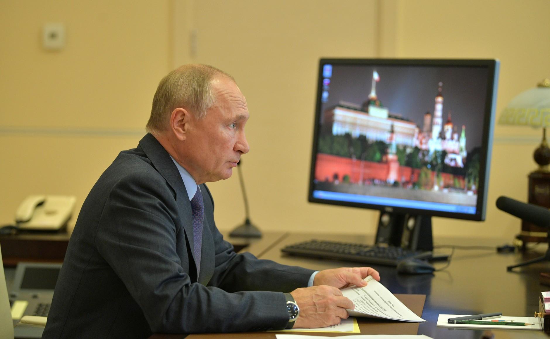 Путин потребовал тщательно следить за качеством питания в школах