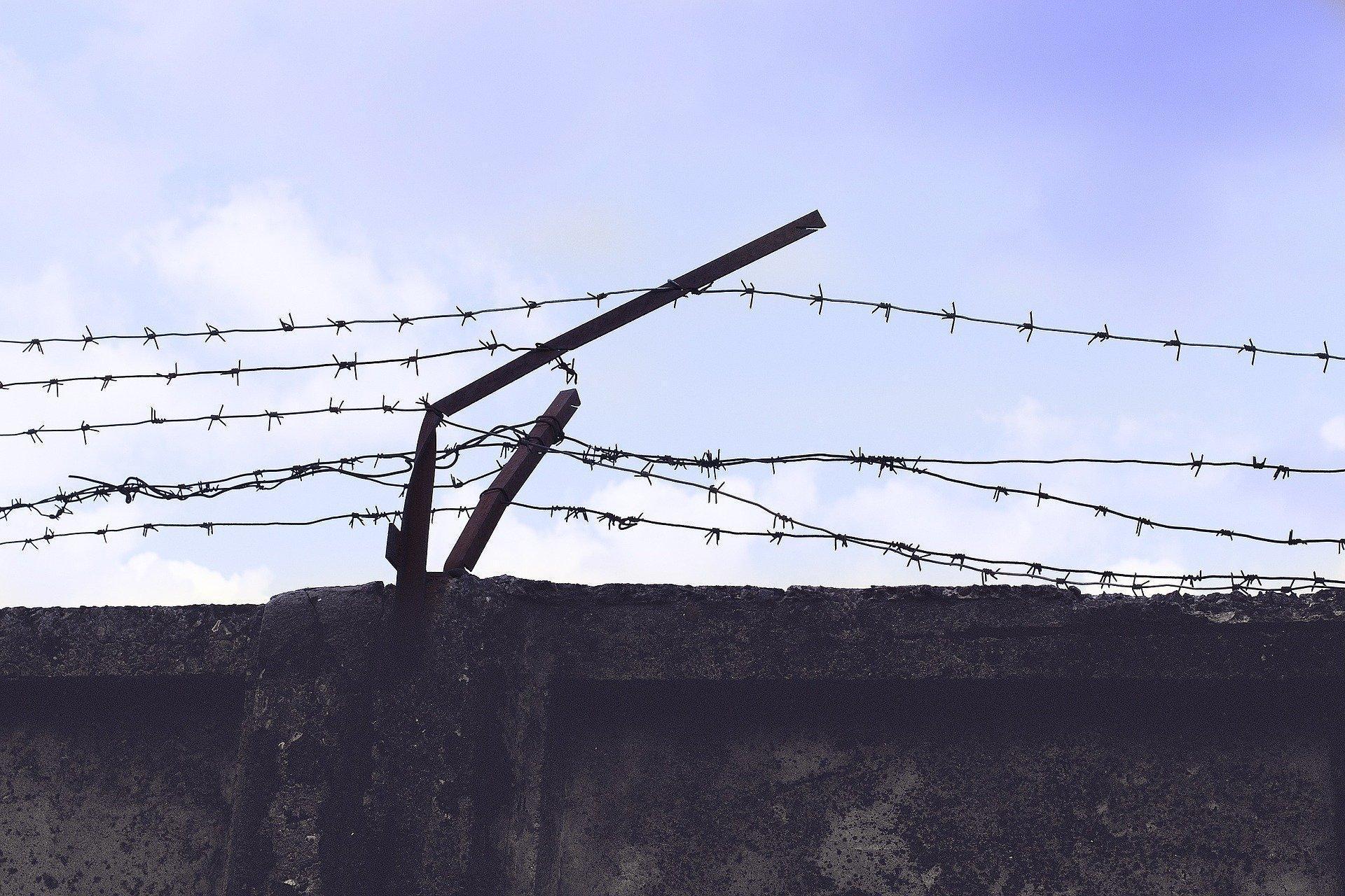 В Калмыкии нашли машину и обувь шестерых заключённых, сбежавших из колонии в Дагестане