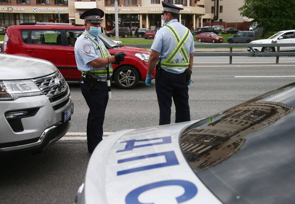Охраняют издалека. Полиция из-за пробок не может подъехать к инкассаторской машине, попавшей в ДТП