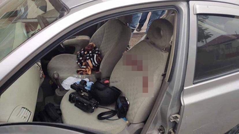 Кровь и выбитые стёкла. Опубликованы фото автомобилей журналистов после обстрела в Карабахе