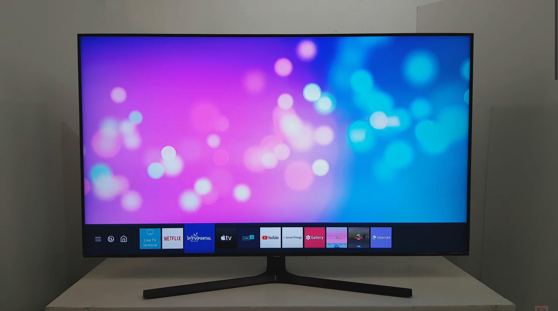 Интерфейс Tizen OS на телевизорах Samsung. Меню уместилось в одной строчке. Это удобнее, чем во весь экран. Кадр из видео YouTube / Tech Watcher