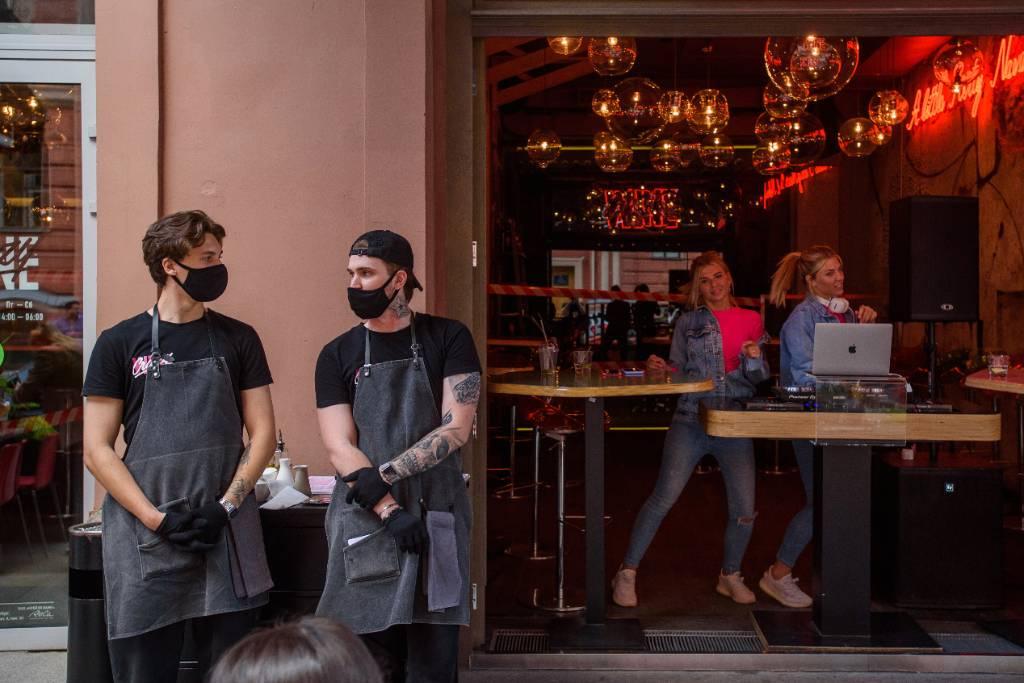 """""""Не время развлекаться и передавать вирус"""". Рестораны Санкт-Петербурга будут работать до 23 часов"""