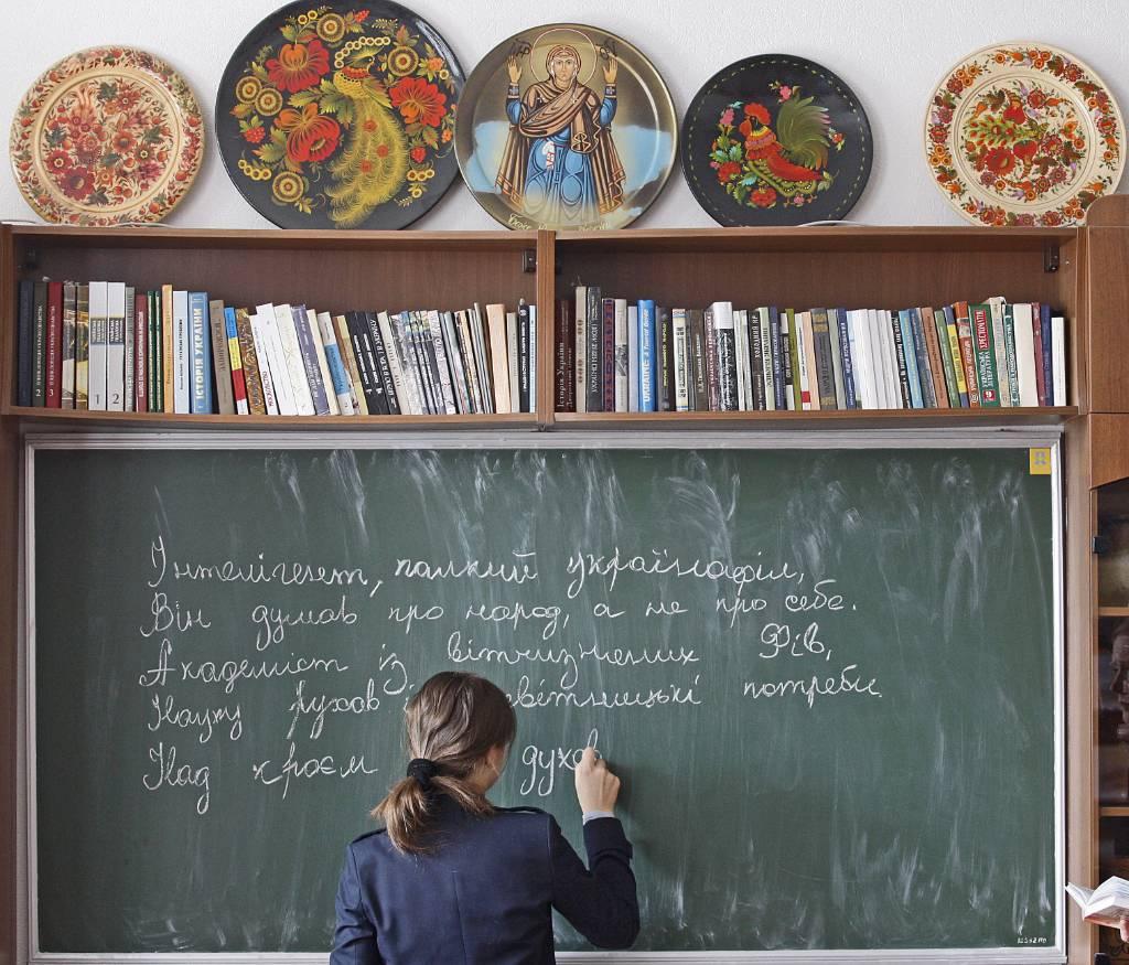 """""""Парадоксальная ситуация"""". Школьников на Украине заставляют учиться на мове, но сами они говорят на русском"""