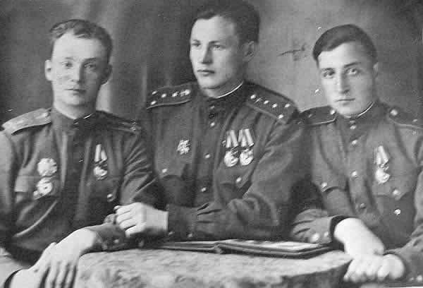 Семён Соколов (в центре) с боевыми товарищами. Фото © Музей боевой славы школы с. Воскресенское