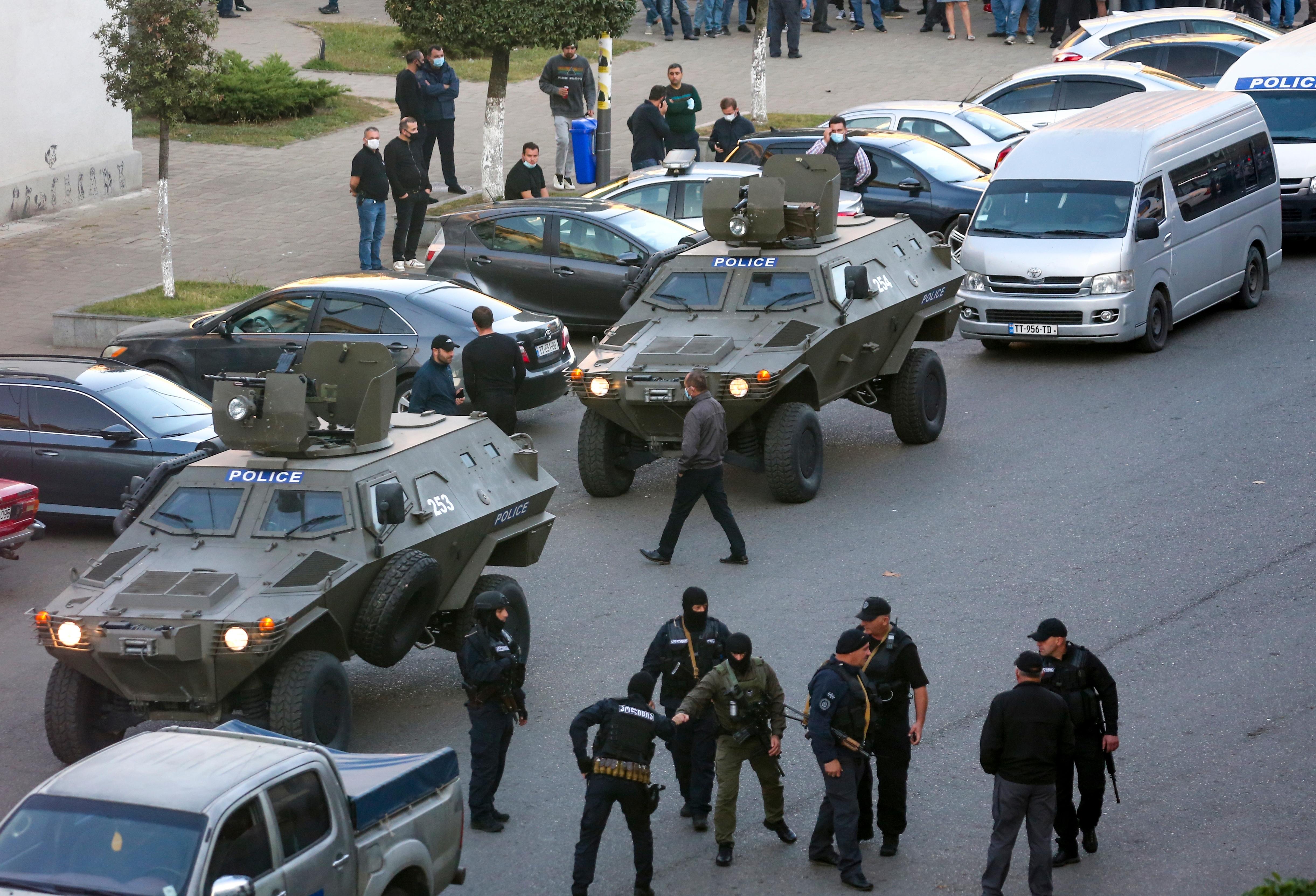 СМИ: Захватчик банка в Грузии по-прежнему на свободе и едет в Абхазию