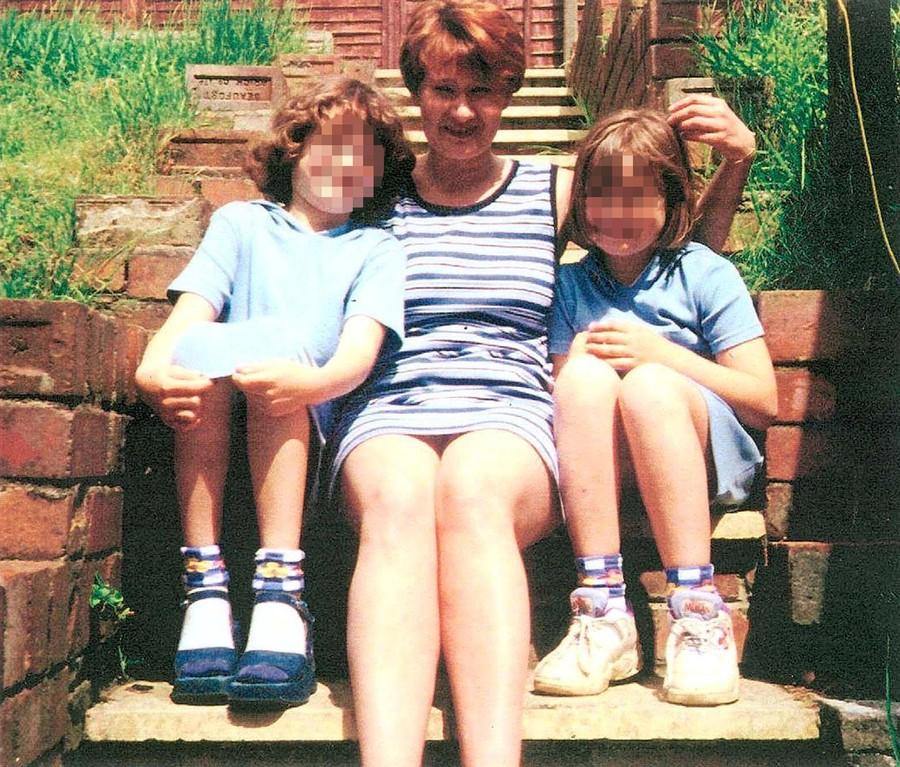 Мэнди Пауэр с дочками. Фото © Twitter / WalesOnline
