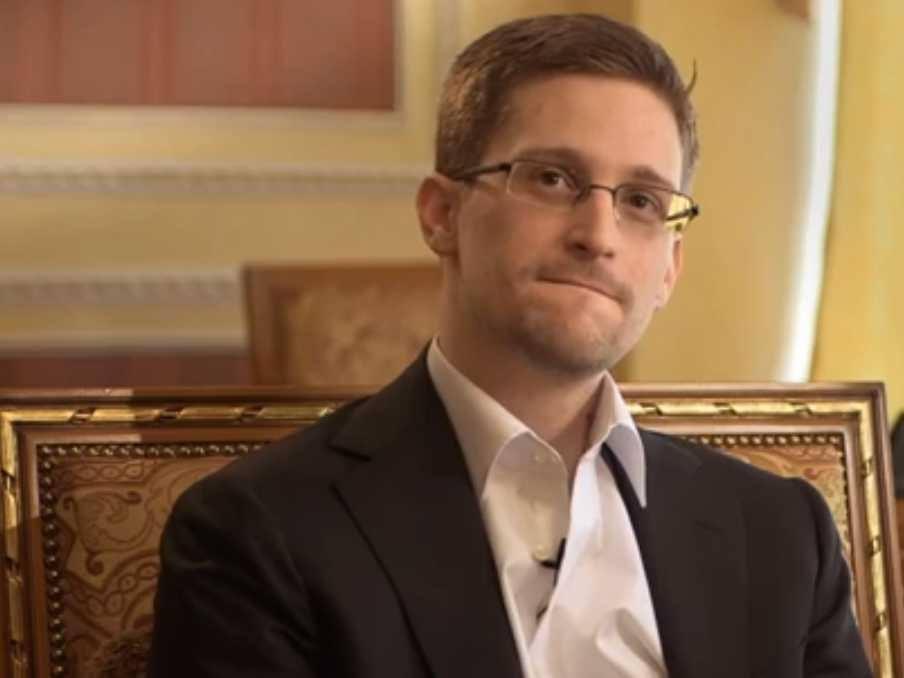"""""""В благодарность за годы свободы"""". Адвокат Кучерена показал подарок Эдварда Сноудена"""