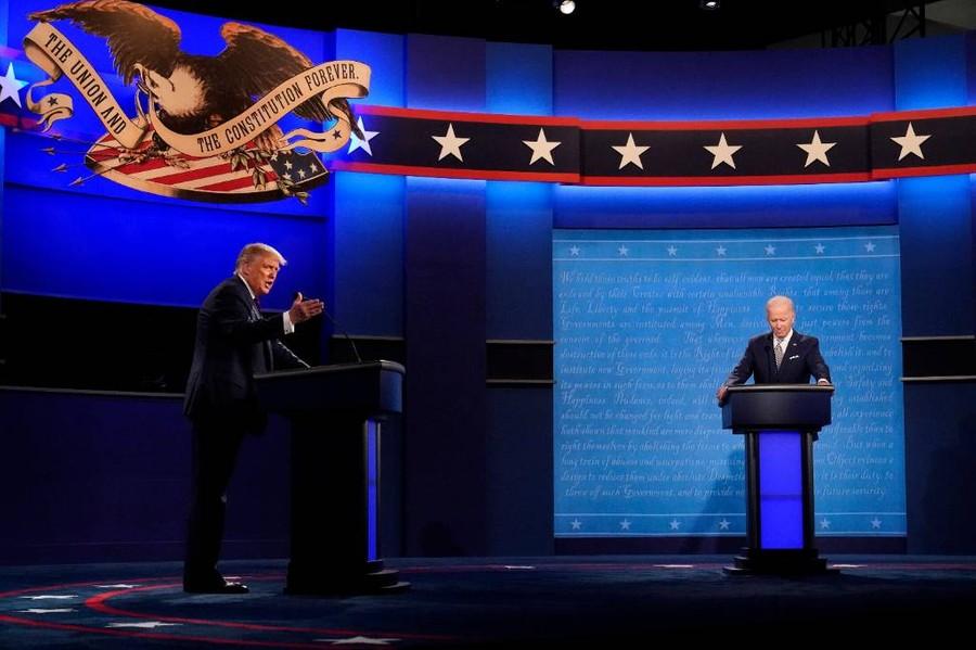 <p>Дебаты Дональда Трампа и Джо Байдена (справа). Фото © ТАСС / AP Photo / Julio Cortez</p>