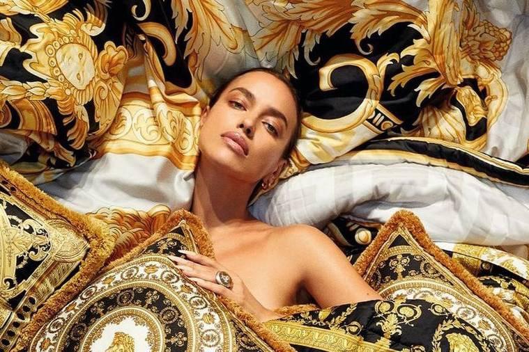 Ирина Шейк затмила собой золото Versace, устроившись перед камерой в крошечном бикини