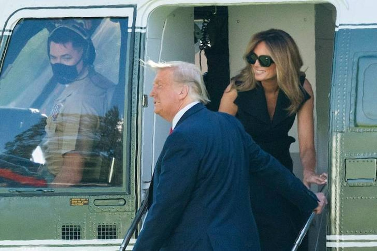 """<p>Фото © <a href=""""https://www.tmz.com/2020/10/25/fake-melania-conspiracy-theory-helicopter-photo-different-teeth/"""" target=""""_blank"""" rel=""""noopener noreferrer"""">TMZ</a></p>"""