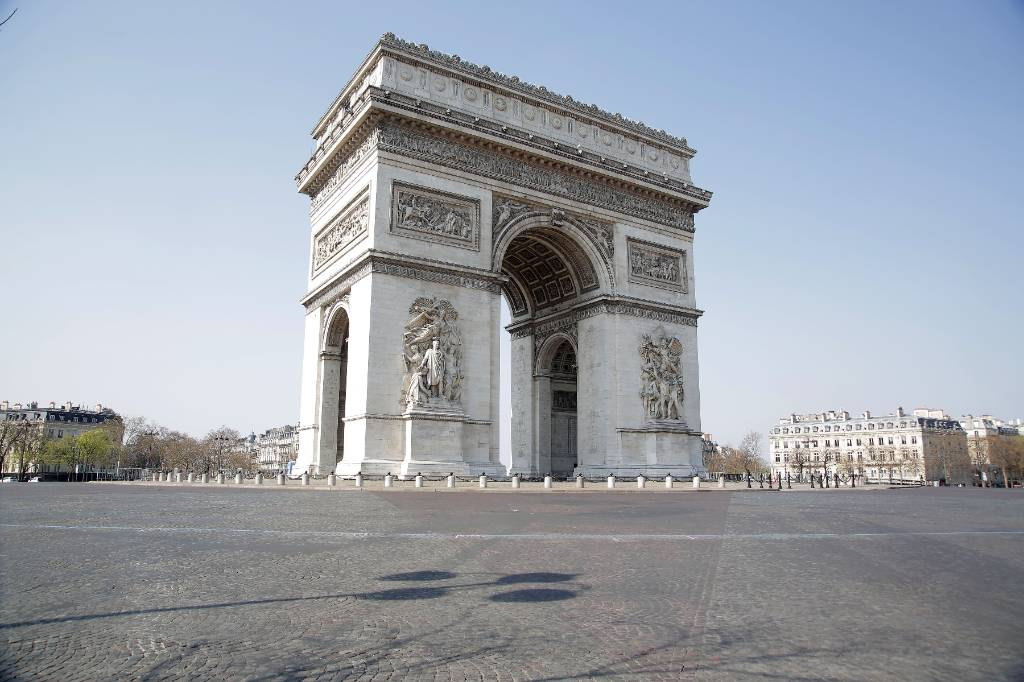 Полиция эвакуировала людей с площади в центре Парижа из-за сообщения о бомбе