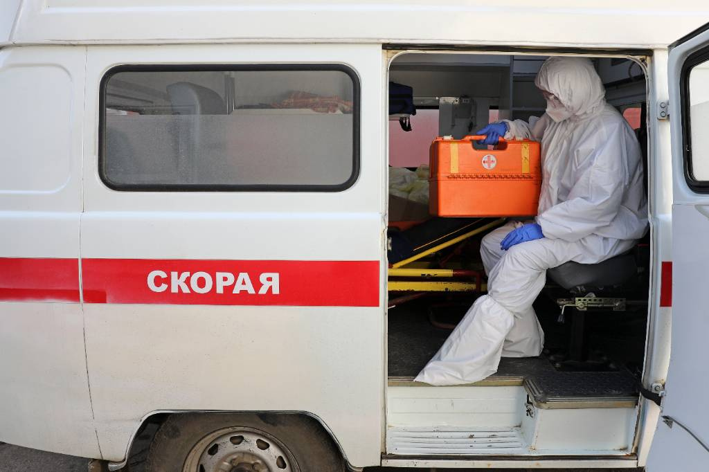 Врачи в Омске привезли коронавирусных больных прямо к зданию местного Минздрава