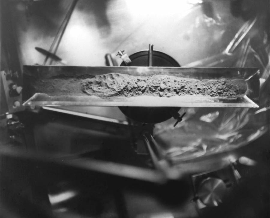 """Лунный грунт, доставленный на Землю советским межпланетным аппаратом """"Луна-16"""" в 1970 году. Фото © ТАСС / А. Вольгемут, Ю. Устинов, В. Шеффер"""