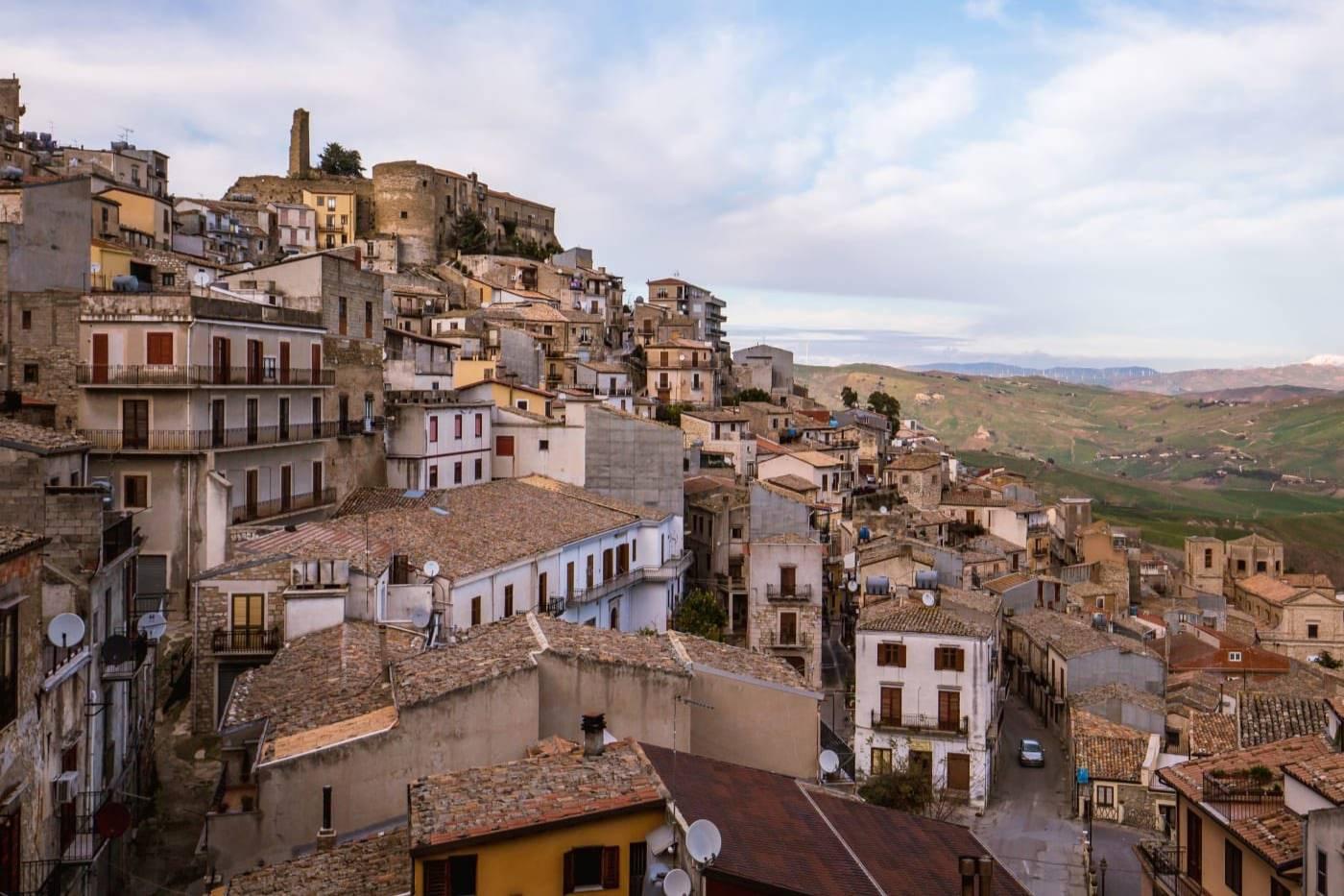 На Сицилии среди живописных виноградников продают дома за 90 рублей