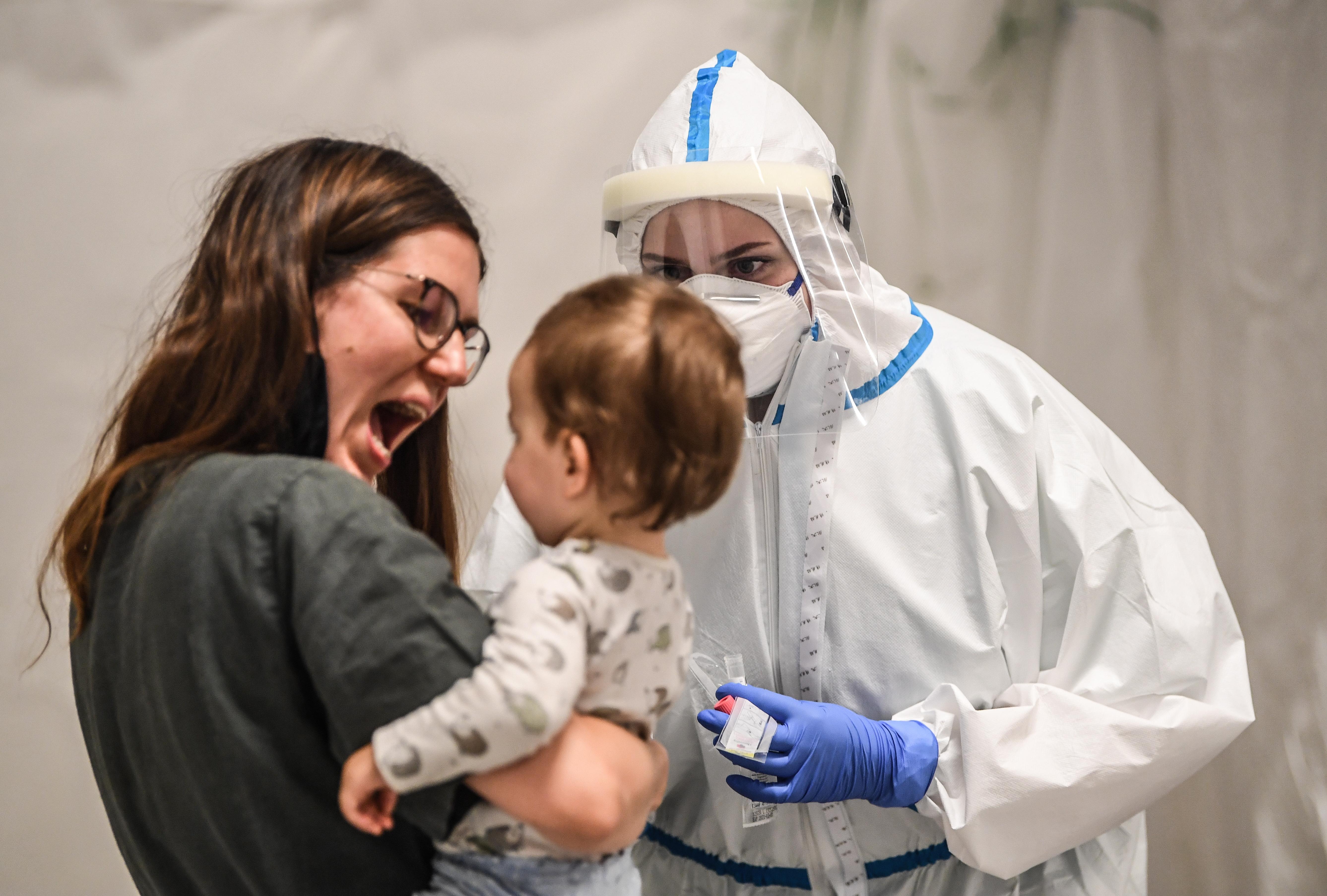 Врачи объяснили, как лечить детей с коронавирусом