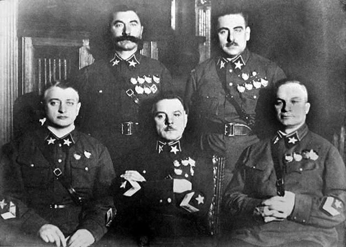 Первые пять маршалов (слева направо): Тухачевский, Ворошилов, Егоров (сидят), Будённый и Блюхер (стоят). Фото © Wikipedia