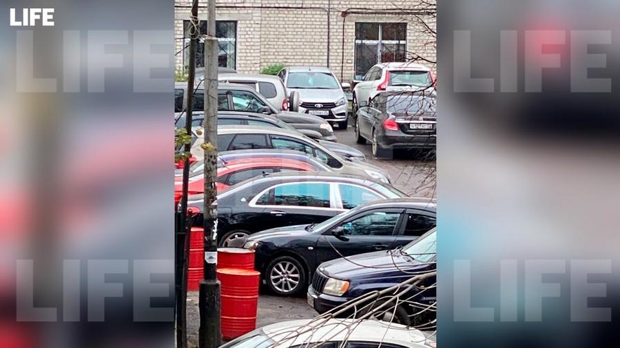 Maybach Патова, припаркованный у здания брянского СУ СК РФ. Фото © LIFE