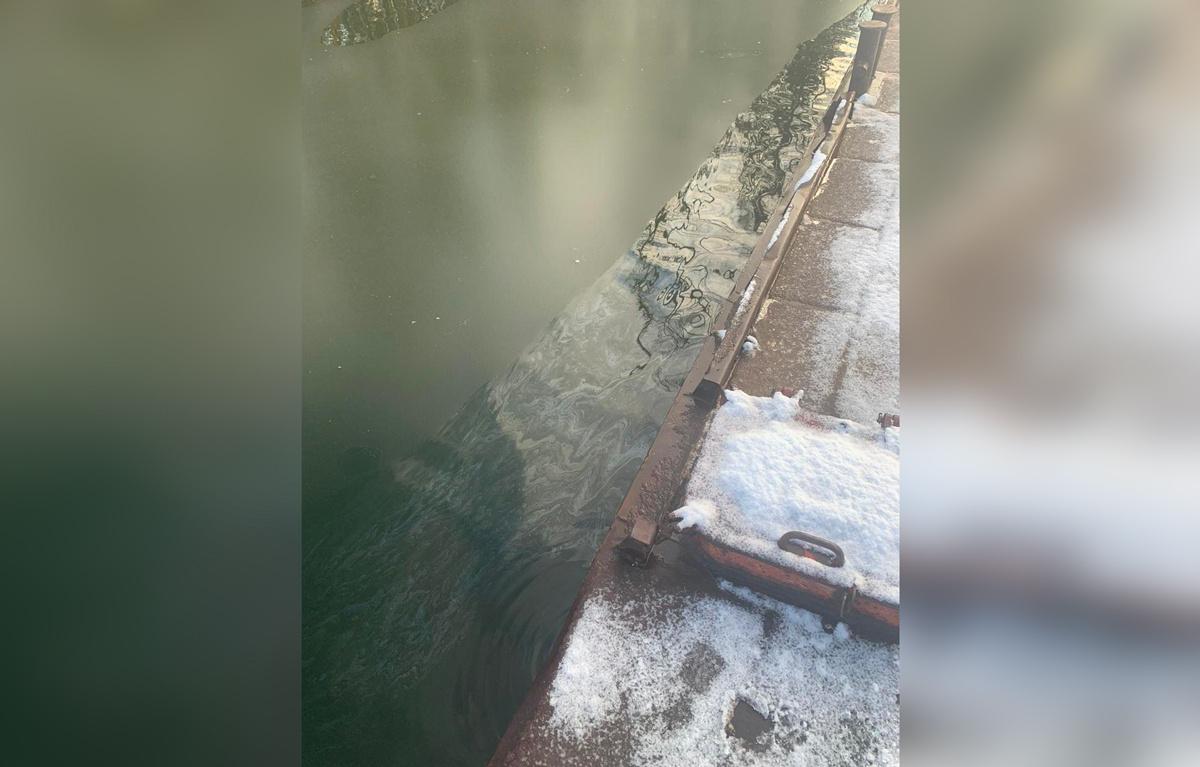 Затонувший катер стал причиной разлива нефтепродуктов в сибирском водохранилище