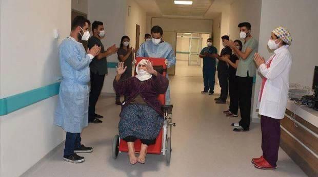 Выписывали под аплодисменты врачей. В Турции 120-летняя пациентка смогла вылечиться от коронавируса