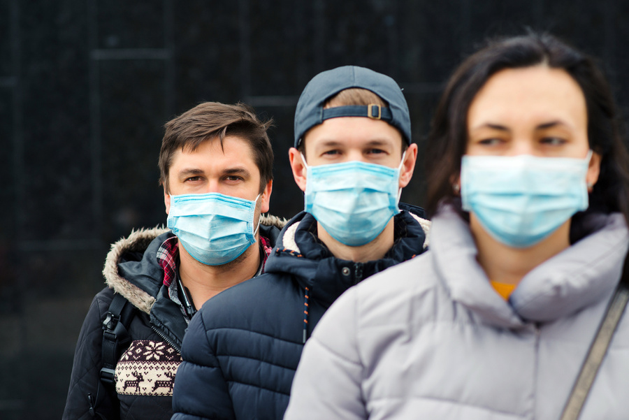 "<p>Фото © <a href=""https://ru.depositphotos.com/359566226/stock-photo-crowd-people-wearing-medical-masks.html"" target=""_blank"" rel=""noopener noreferrer"">Depositphotos</a></p>"