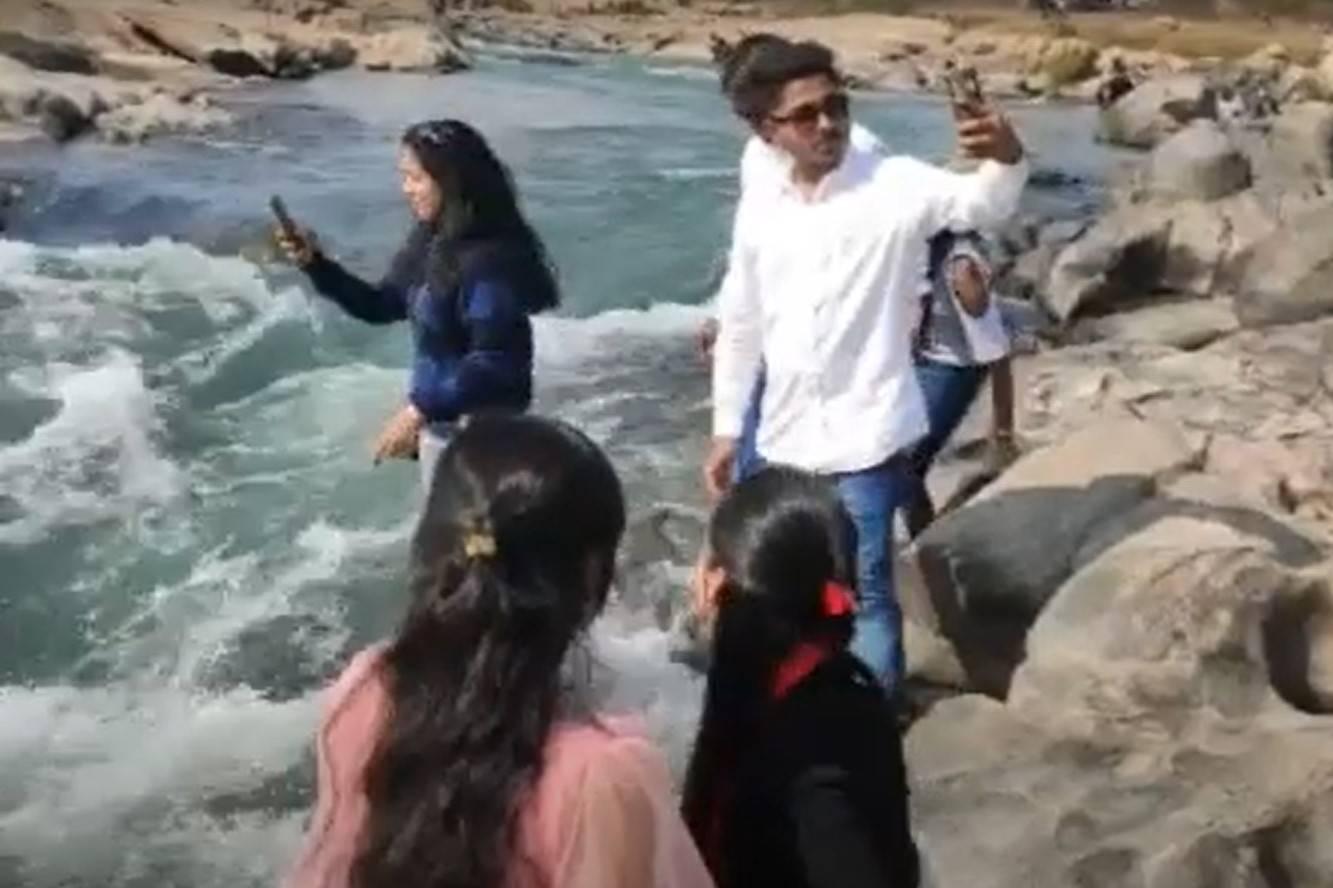 Девушка делала селфи, когда турист случайно столкнул её в бурлящую реку — предсмертное видео