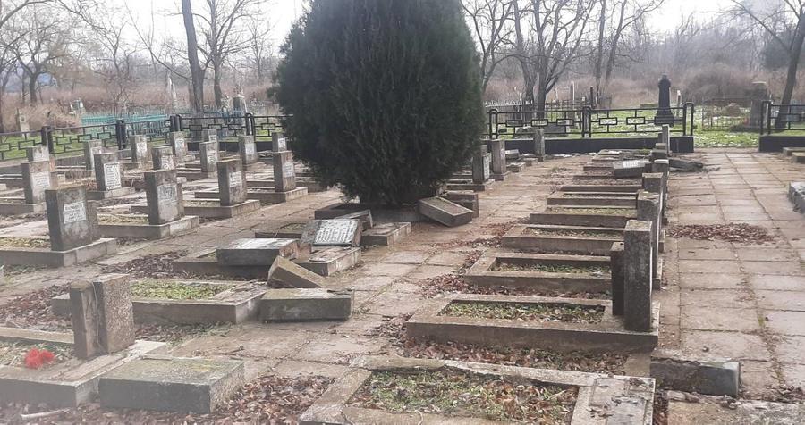 СКР завёл уголовное дело после осквернения вандалами могилы воинов-освободителей на Украине