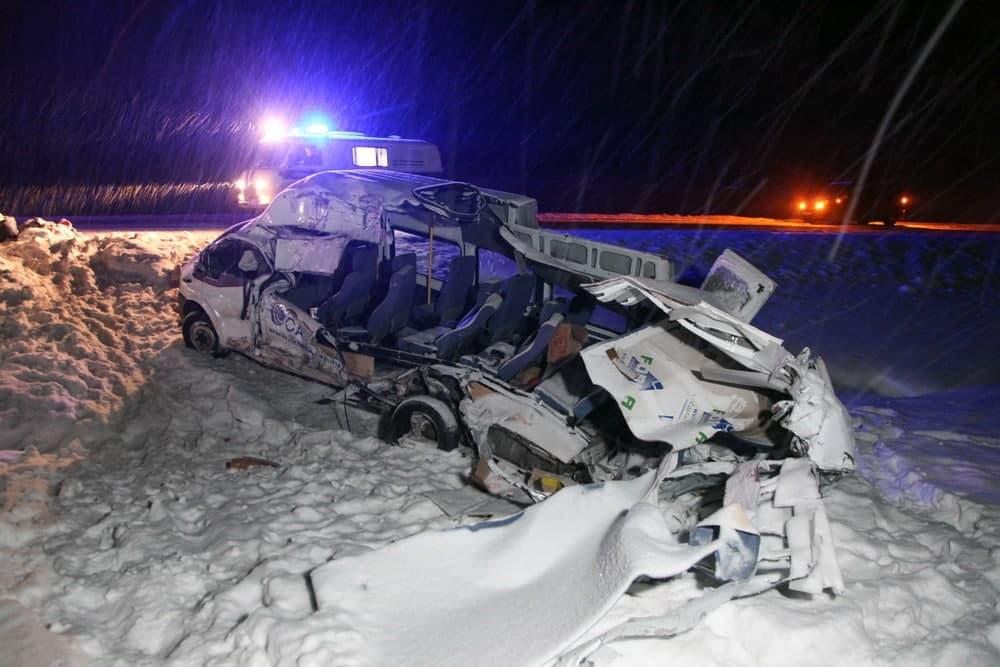 Один человек погиб и пятеро пострадали в ДТП с молоковозом и микроавтобусом под Архангельском